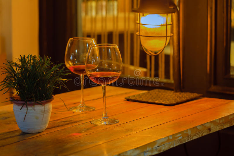 Zwei Weinglas im Nachtcafé, Datumskonzept stockbild
