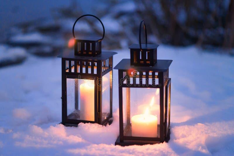Zwei Weinlesekerzenlaternen nachts Winter draußen stockfotos