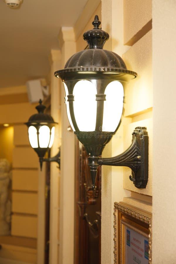 Zwei Weinlesestraßen-Wandlampen in der Stadt stockfotos