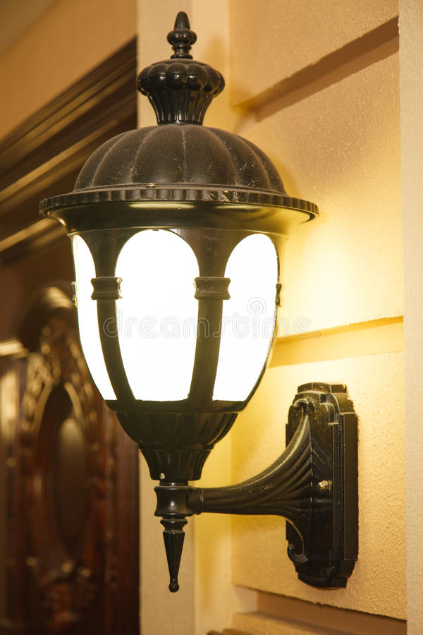 Zwei Weinlesestraßen-Wandlampen in der Stadt lizenzfreie stockbilder