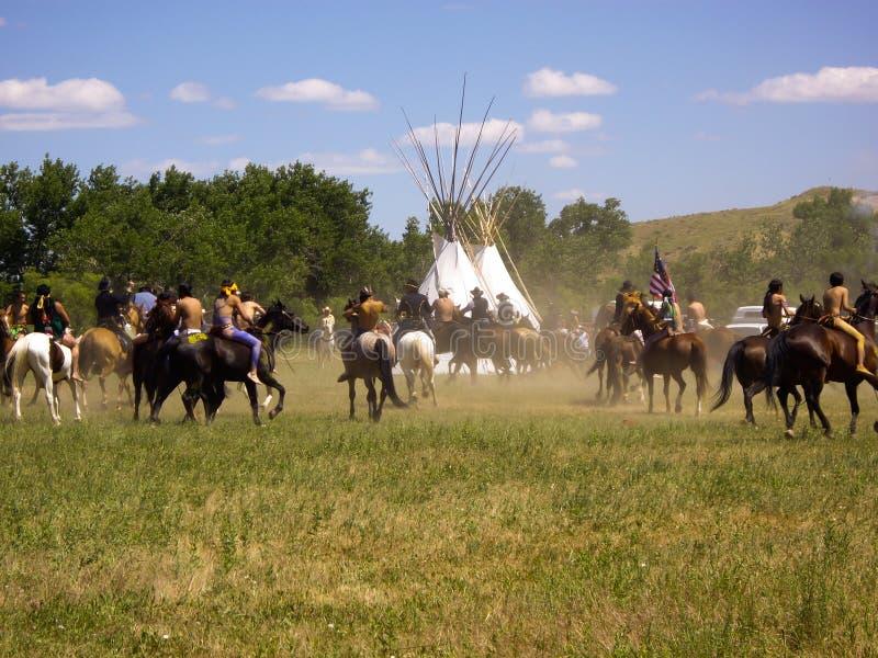 Zwei Welten treffen sich am Kampf der Little Bighorn-Wiederinkraftsetzung stockfotografie