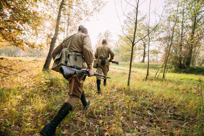 Zwei wieder--enactors gekleidet als russische sowjetische rote Armee-Soldaten von Krieg II stockfotografie