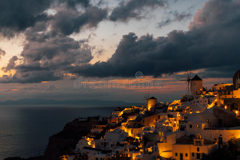 Zwei Windmühlen Oia nach dem Sonnenuntergang, Oia, Santorini, Griechenland lizenzfreies stockfoto