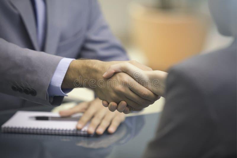 Zwei Wirtschaftler, die Hände rütteln vektor abbildung