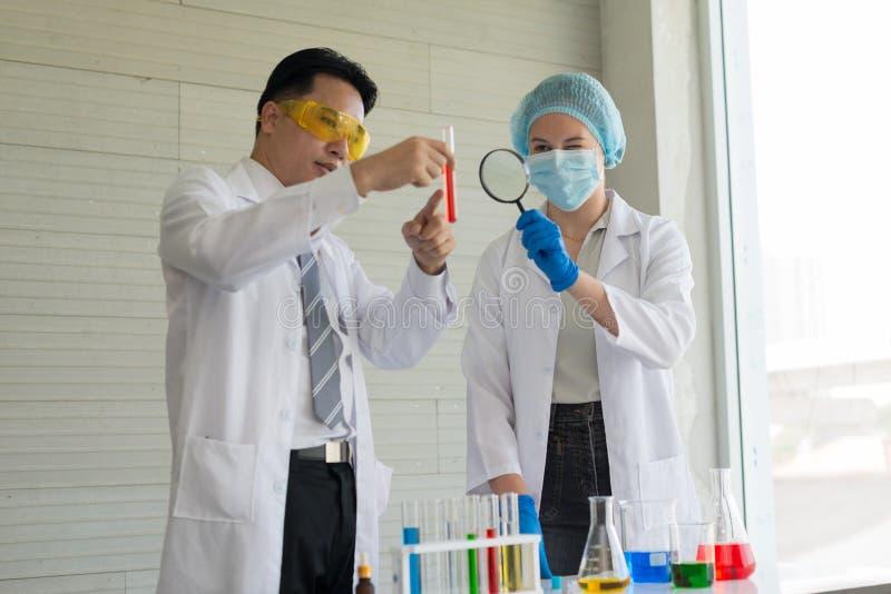 Zwei Wissenschaftler leiten Experimente in vitro im labora lizenzfreies stockbild