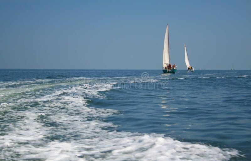 Zwei Yachten auf Seeoffenem Raum lizenzfreie stockfotos