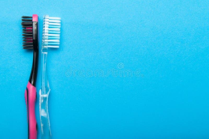 Zwei Zahnbürste auf einem blauen Hintergrund, leerer Raum für Text stockbilder