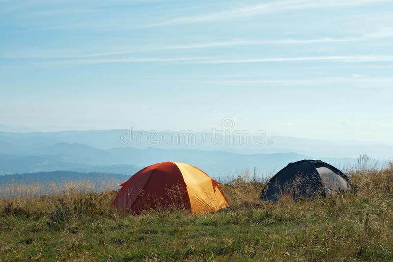 Zwei Zelte am Hochland alpin im Tageslicht stockfoto
