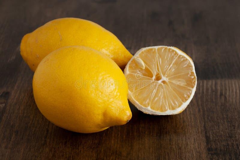 Zwei Zitronen und Hälfte schnitten lizenzfreie stockfotografie