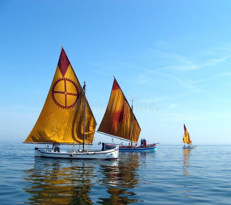 Zwei zurückgestellte Boote lizenzfreie stockfotos