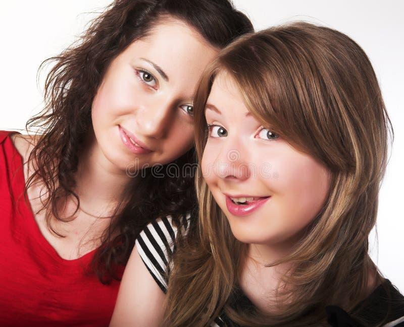 Zwei zusammen lächelnde Freundinnen stockfotos