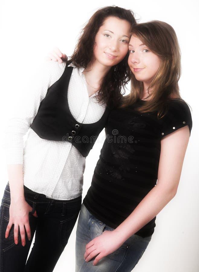 Zwei zusammen lächelnde Freundinnen stockbilder