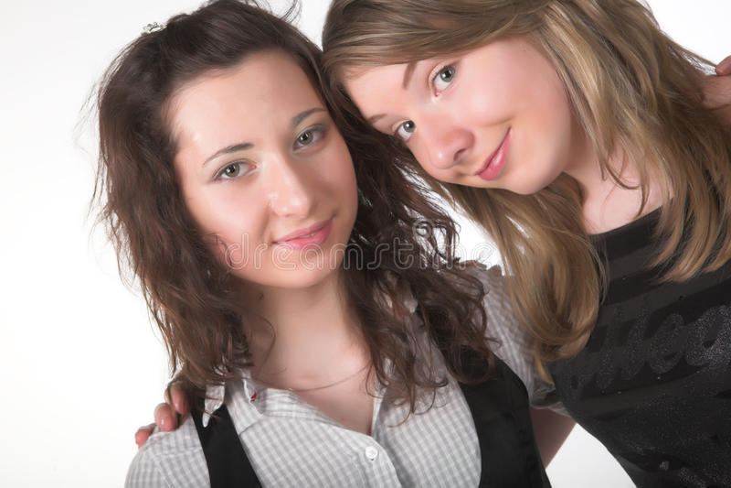 Zwei zusammen lächelnde Freundinnen lizenzfreies stockfoto