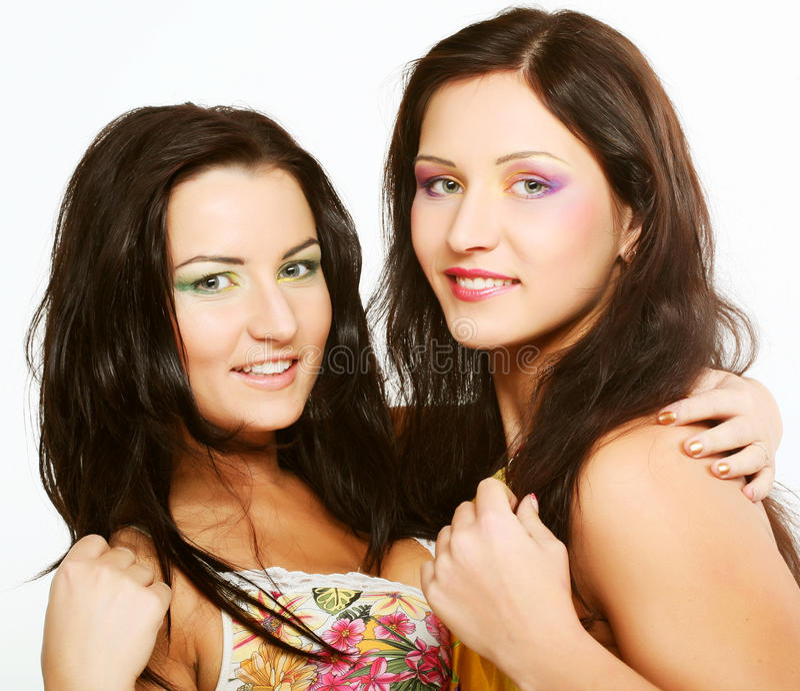 Zwei zusammen lächelnde Freundinnen stockfoto