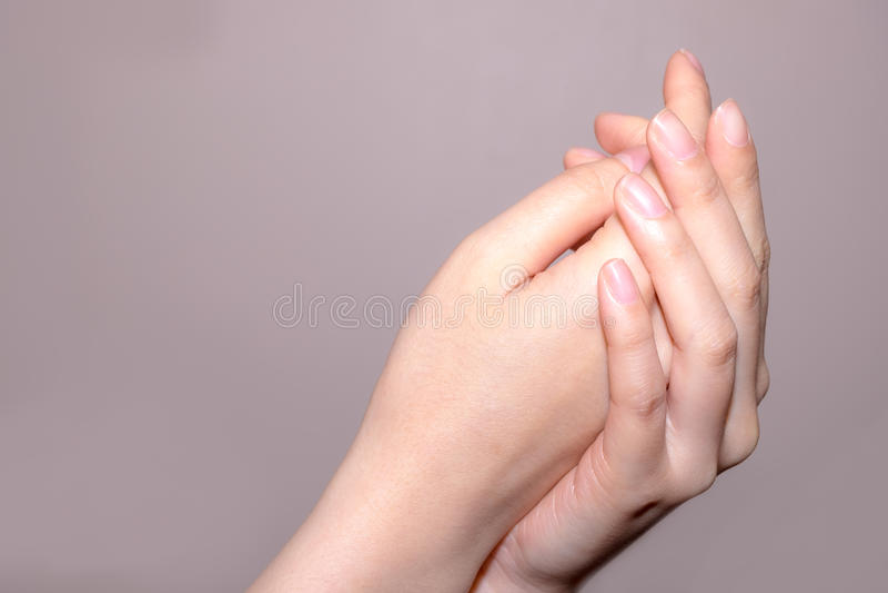 Zwei zusammenhaltene Hände stockbild