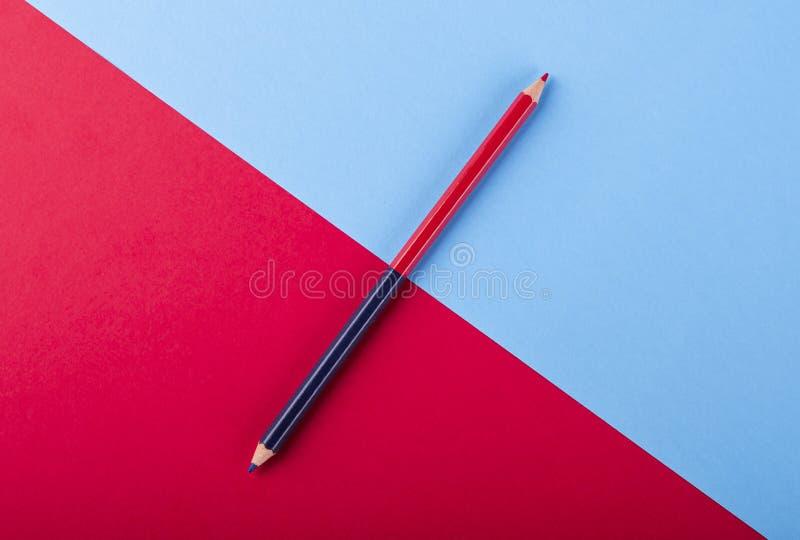 Zweifarbige blaue und rote Stifte auf farbigen Karten lizenzfreie stockfotos