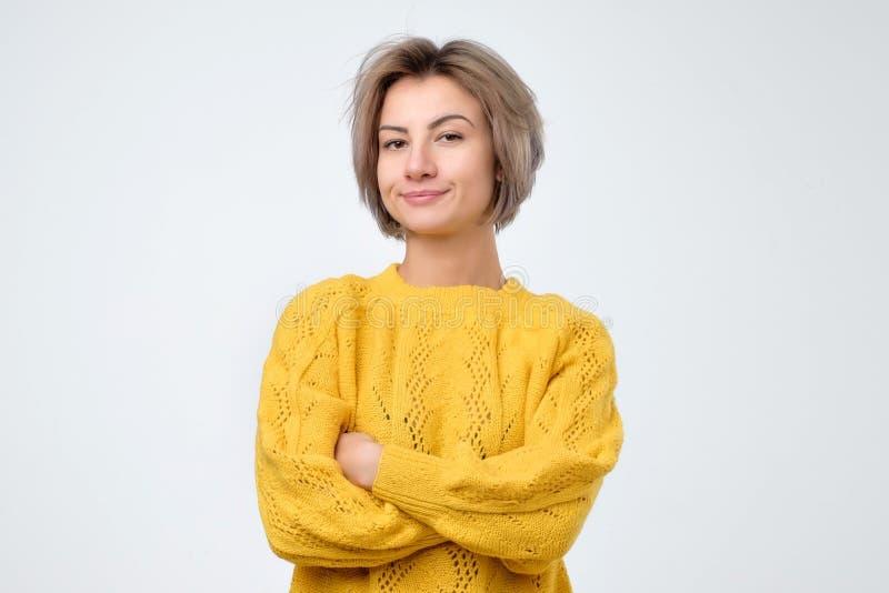 Zweifelhafte, durchdachte Frau, die an etwas sich erinnert Junge emotionale Frau lizenzfreie stockfotos