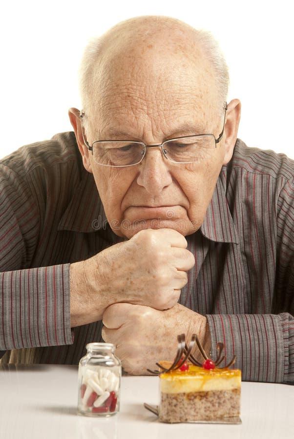 Zweifelhafter älterer Mann lizenzfreie stockfotografie