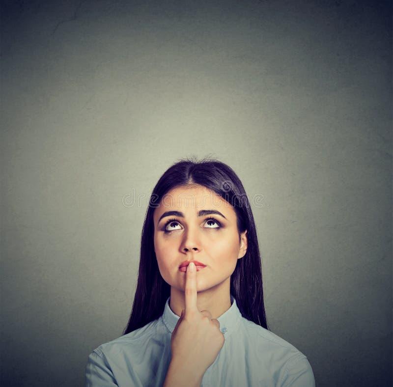 Zweifelhaftes besorgtes Frauendenken der Nahaufnahme lizenzfreies stockfoto