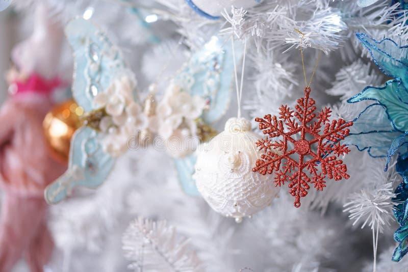 Zweig, Kasten, Handbell, Kugel Schloss herauf Details von Weihnachtsdekorationen auf einem Baum der weißen Weihnacht mit Weichzei lizenzfreies stockbild
