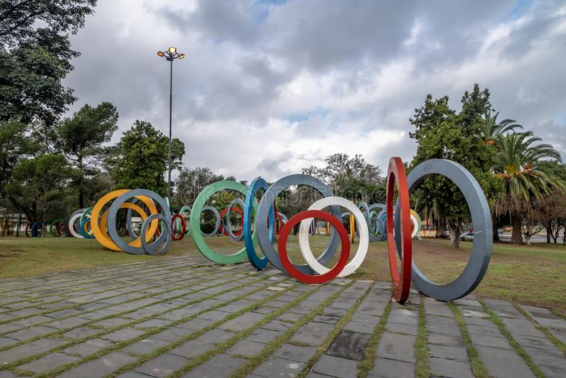 Zweihundertjahrfeier Square Plaza Del Bicententario mit den Ringen, die der Geschichte von Argentinien - Cordoba, Argentinien sag lizenzfreie stockbilder