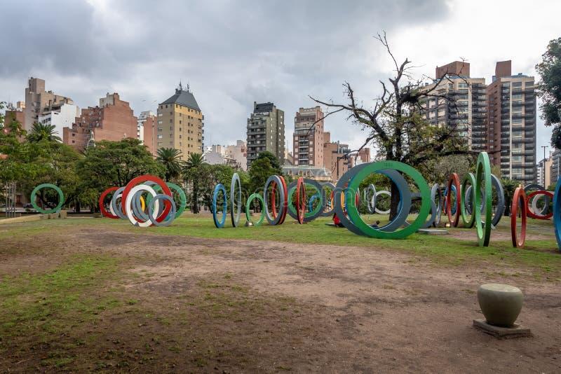 Zweihundertjahrfeier Square Plaza Del Bicententario mit den Ringen, die der Geschichte von Argentinien - Cordoba, Argentinien sag stockfoto