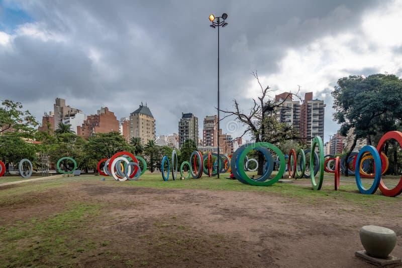 Zweihundertjahrfeier Square Plaza Del Bicententario mit den Ringen, die der Geschichte von Argentinien - Cordoba, Argentinien sag stockfotografie