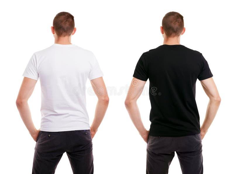 Zweimal Mann im leeren weißen und schwarzen T-Shirt von der Rückseite auf weißem Hintergrund stockfotos