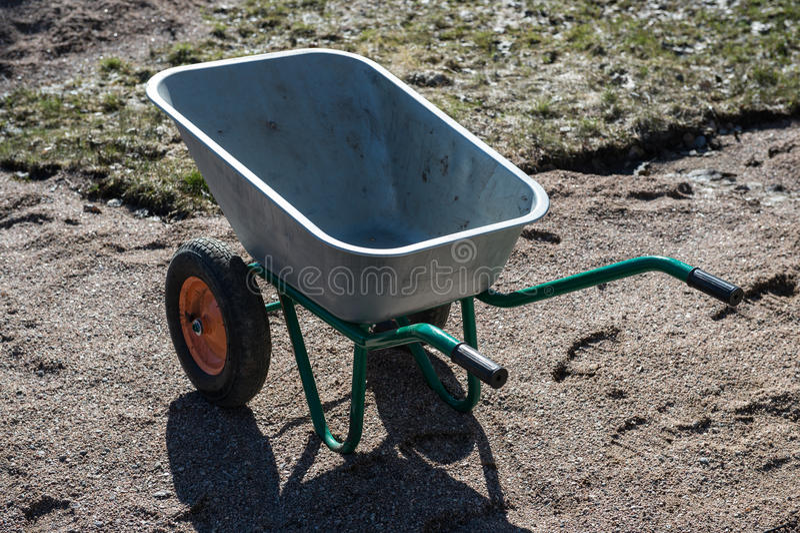 Zweiradschubkarre des leeren Gartens metall lizenzfreie stockbilder