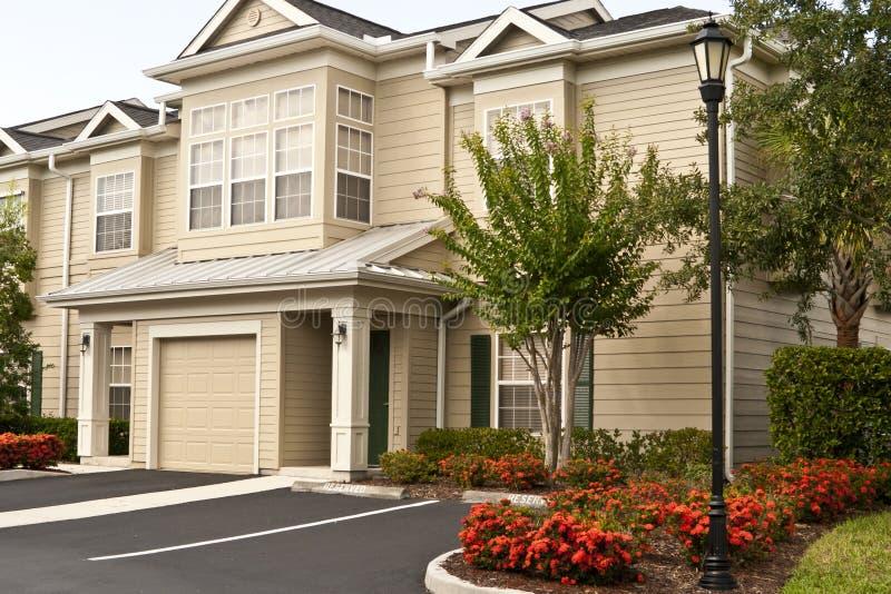 Zweistöckige Eigentumswohnungen in einer Reihe