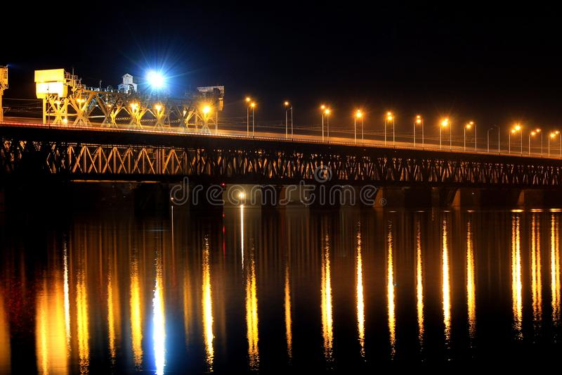 Zweistufeneisenbahnbrücke über dem Dnieper-Fluss in Dnipro-Stadt Dnepropetrovsk, Dnipropetrovsk, Dnieper Ukraine stockbild