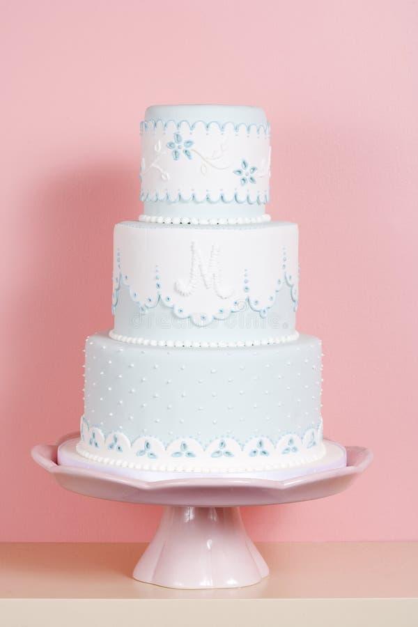 Zweistufenkuchen gegen rosafarbenen Hintergrund stockfotos
