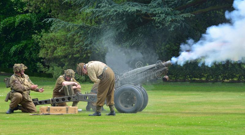 Zweiter Weltkrieg-Feldgeschütz, das gefeuerte Artilleristen tragen Uniformen ist stockbild