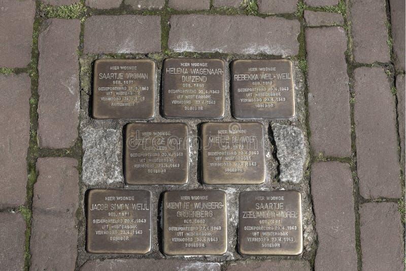 Zweiter Weltkrieg Stolpernsteine oder stolpersteine sind die Erinnerungsmessingplatten, die in die Pflasterung außerhalb bestimmt stockbild