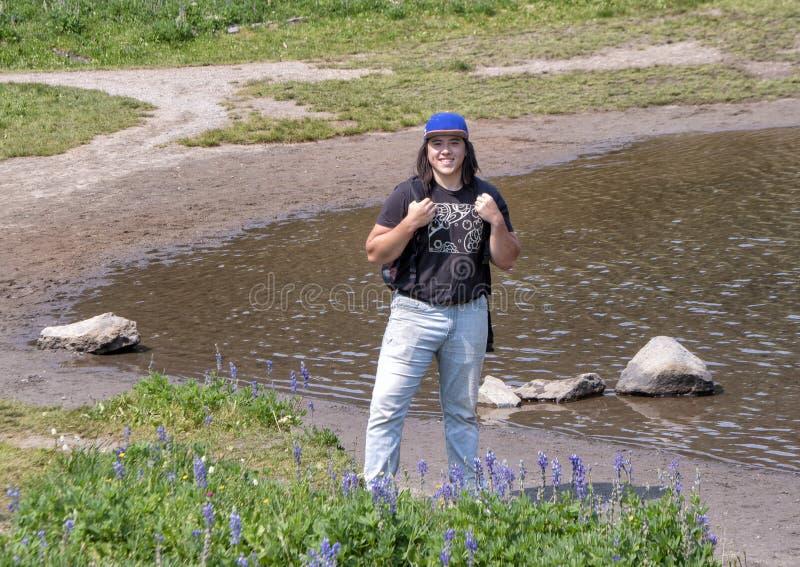 Zweiundzwanzig Jährige Amerasian-Mann, der einen Bruch von einer Wanderung im Berg Rainier National Park, Washington genießt stockfotografie