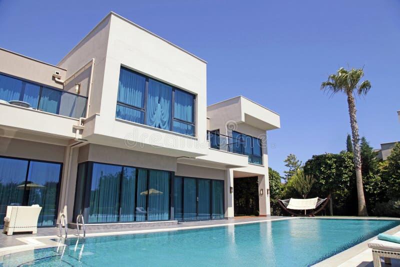 Zwembad bij de moderne villa royalty-vrije stock afbeelding