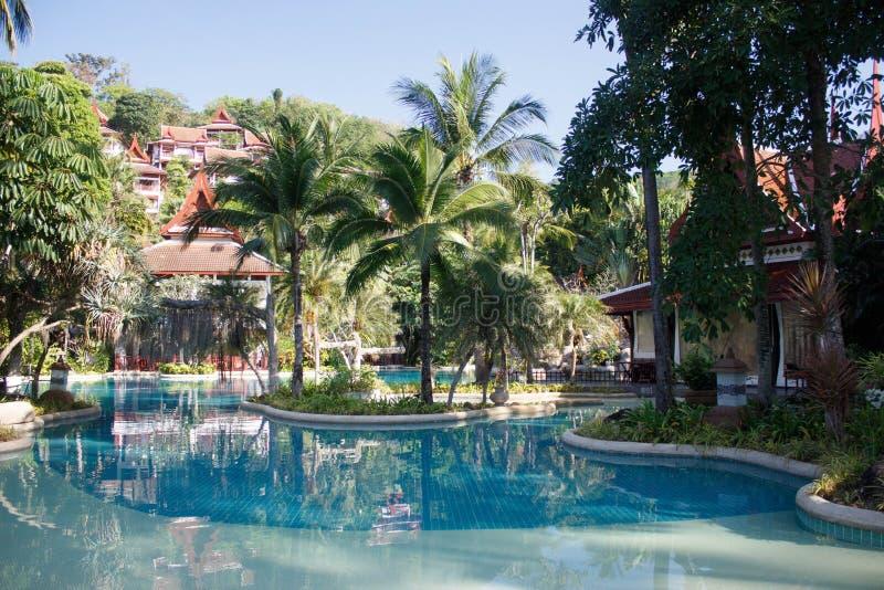 Zwembad bij een toevlucht in Phuket, Thailand stock fotografie