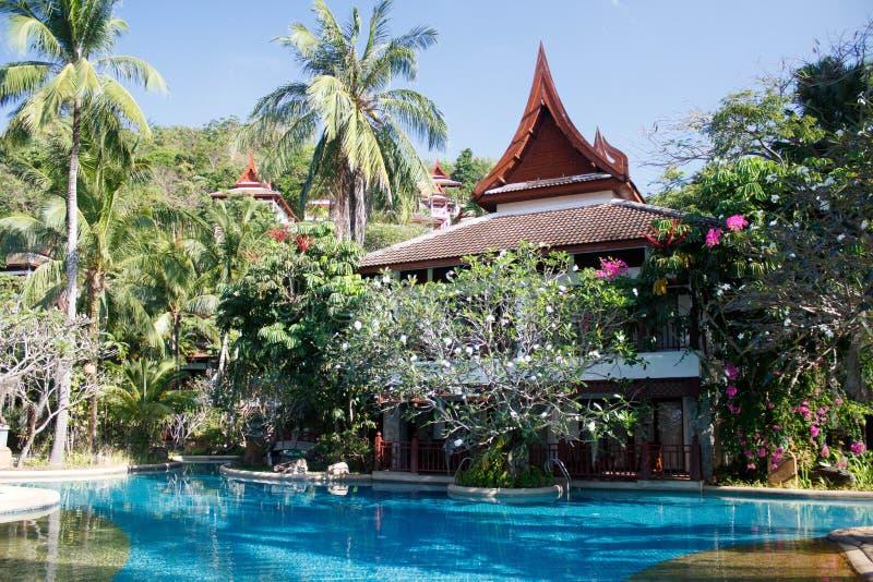Zwembad bij een toevlucht in Phuket, Thailand Het groene de tuin van Nice suronding royalty-vrije stock foto's