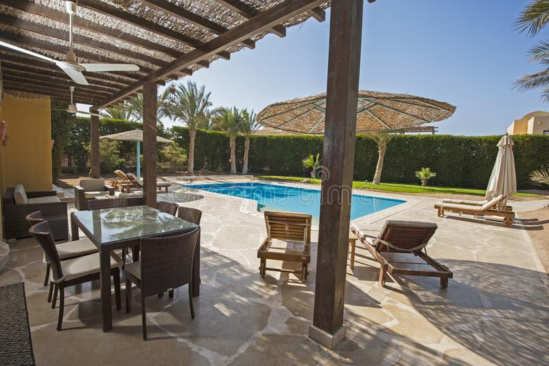 Zwembad bij een villa van de luxe tropische vakantie royalty-vrije stock afbeeldingen