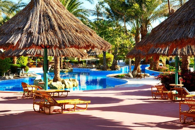 Zwembad bij luxehotel royalty-vrije stock foto