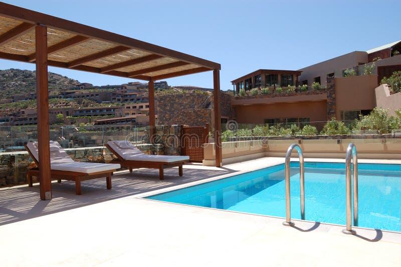 Zwembad bij luxevilla stock foto's