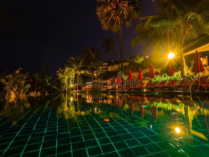 Zwembad bij nacht stock afbeelding