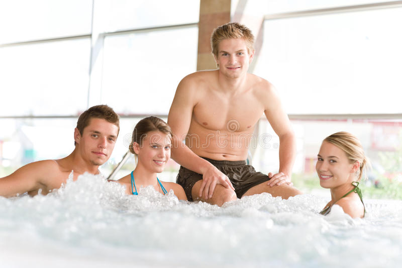 Zwembad - de gelukkige mensen ontspannen in hete ton stock afbeeldingen