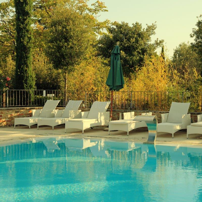 Zwembad in de tuin, Italië royalty-vrije stock afbeeldingen