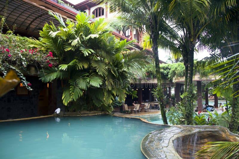 Zwembad dichtbijgelegen bar bij het moderne luxehotel royalty-vrije stock afbeelding