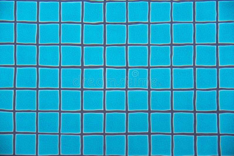 Zwembad duidelijk water die turkooise blauwe klei vierkante tegels en de grijze lijnen van de cementpleister onderwatergolf tonen royalty-vrije stock afbeelding