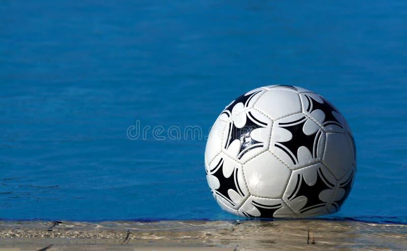 Zwembad en bal stock afbeeldingen