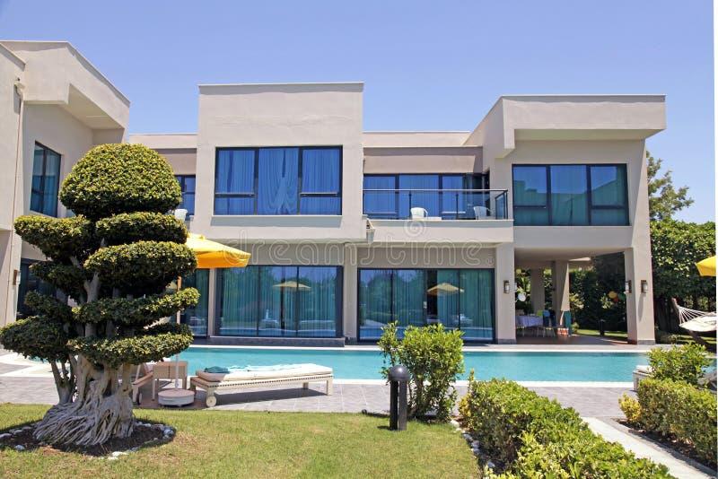 Zwembad en de moderne villa van de luxevakantie, Belek, Turkije stock foto
