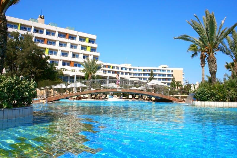 Zwembad en hotel royalty-vrije stock fotografie