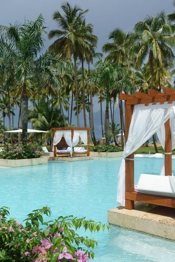 Zwembad en openluchtbedden royalty-vrije stock foto's